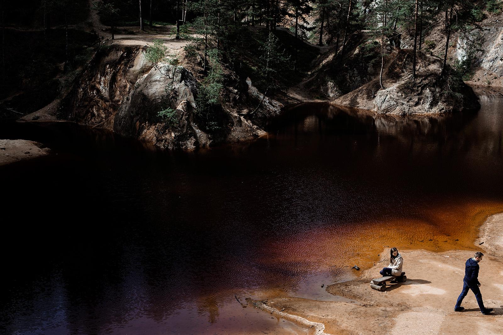sesja narzeczenska na kolorowych jeziorkach