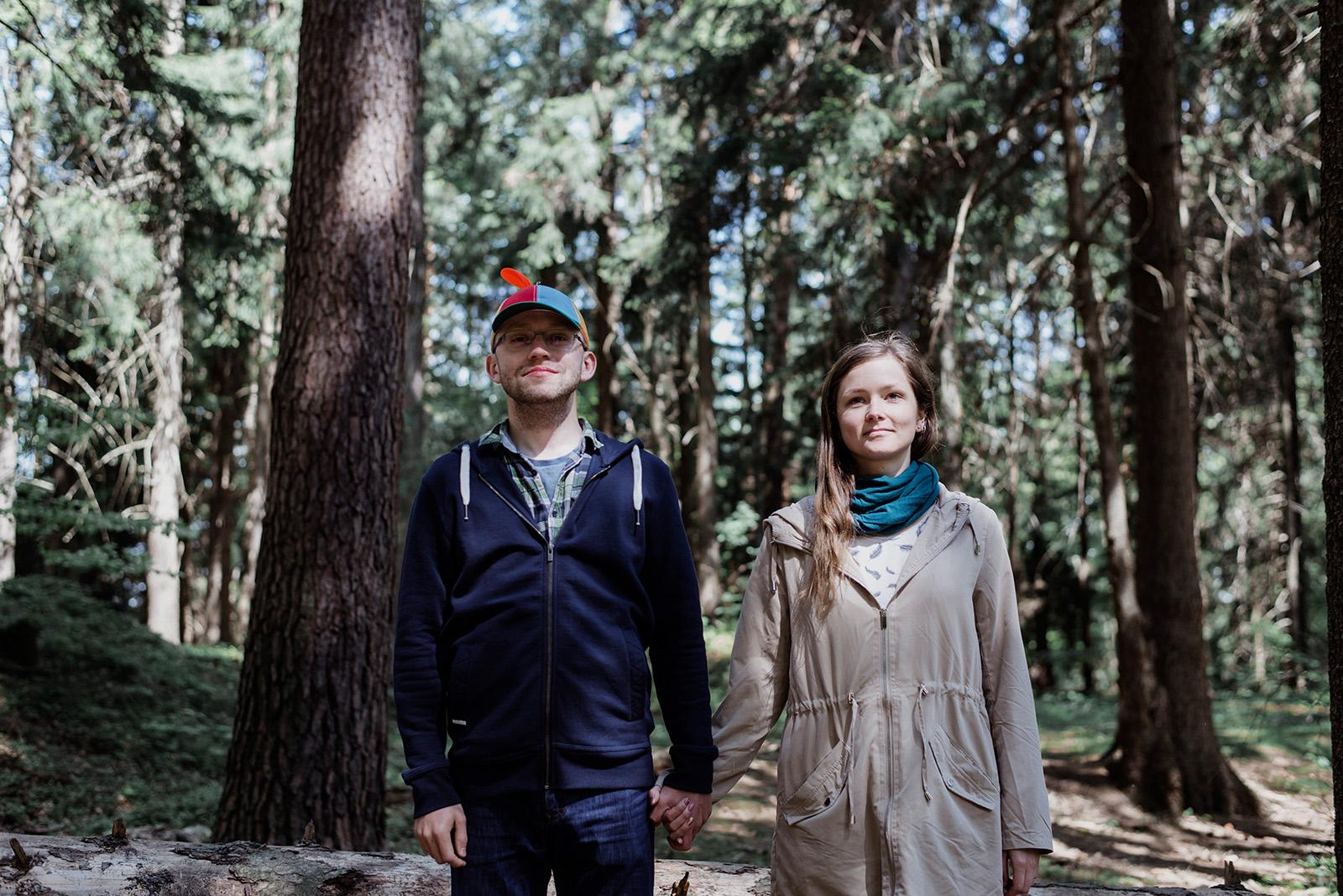 sesja narzeczenska na wesolo - zdjecia w lesie