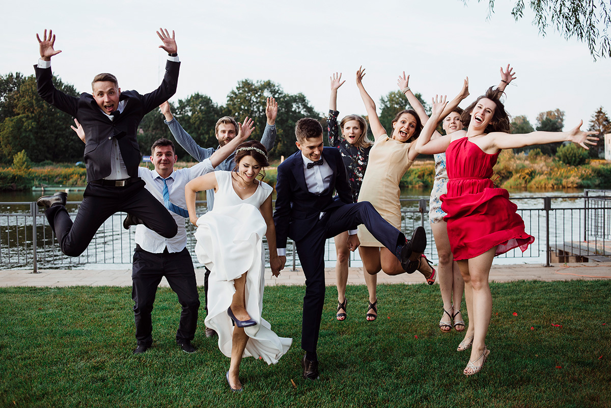 wesele w hotelu wodnik we wroclawiu - zdjecie grupowe na luzie