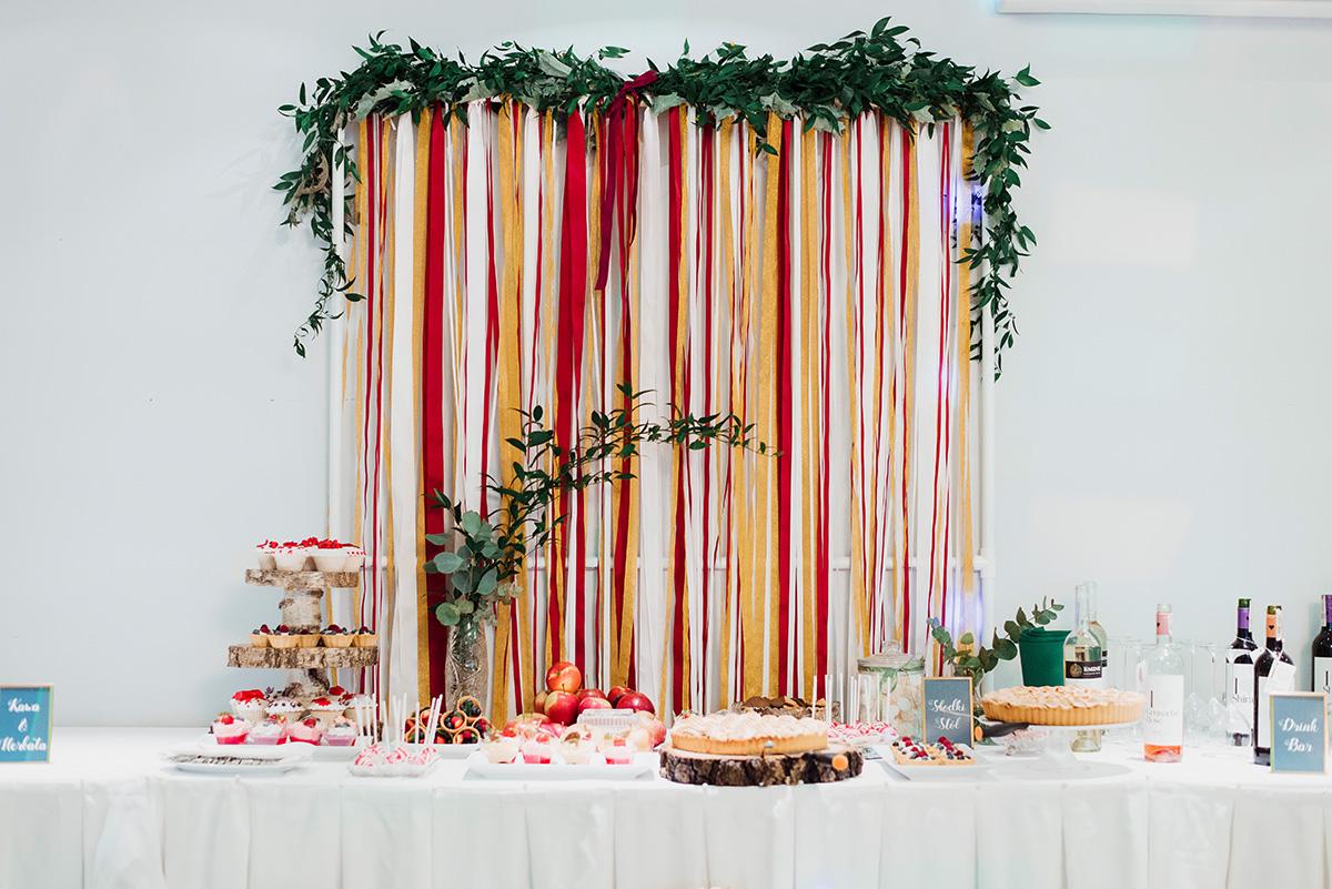 slodki stol w jesiennej oprawie - wesele z dodatkami w kolorze bordowym