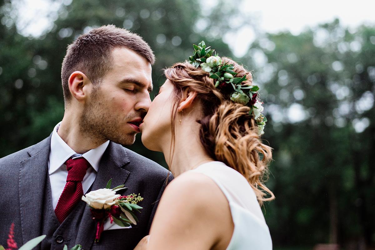slub na jesien - romantyczna sesja slubna - bordowe dodatki slubne