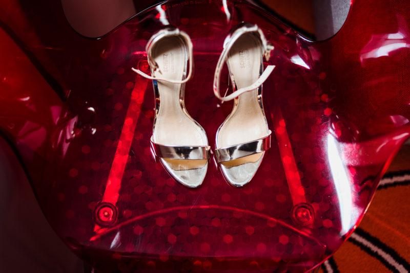 złote buty do slubu - naturalna fotografia slubna