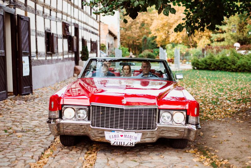 wesele w spichlerzu galowice - czerwony cadillac