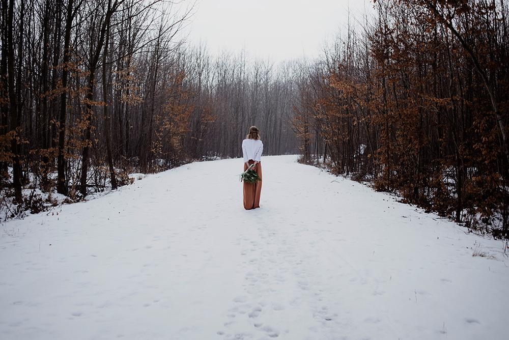naturalna fotografia slubna-sesja zimowa w lesie_DSC8170