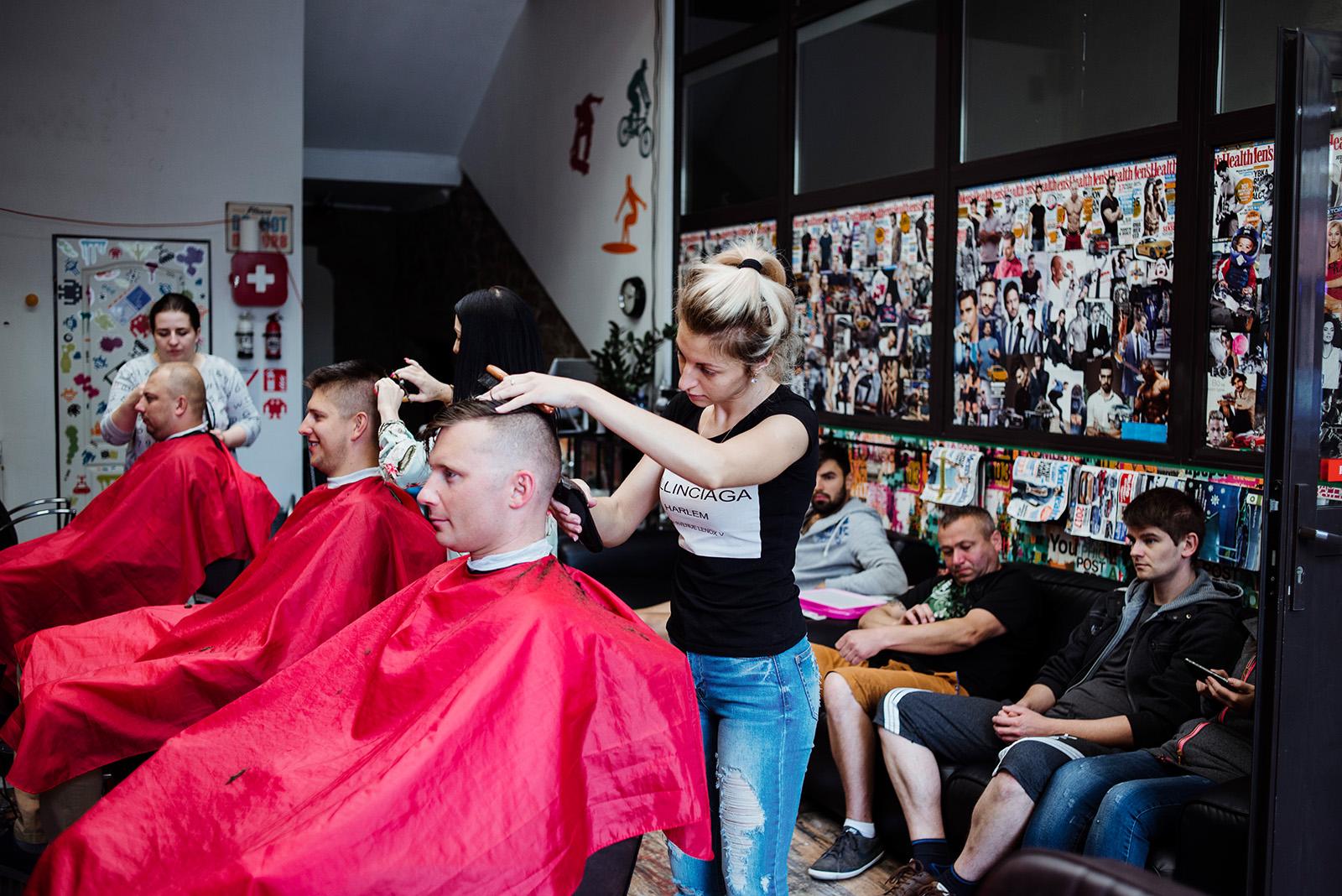 naturalna fotografia slubna - przygotowania u fryzjera
