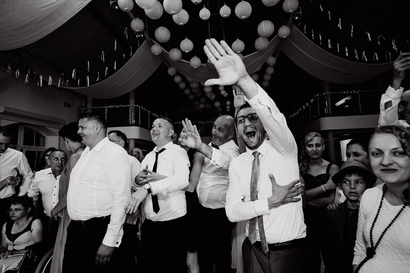 naturalny fotoreportaz slubny - wesele w krzyzowej - pokaz barmanski