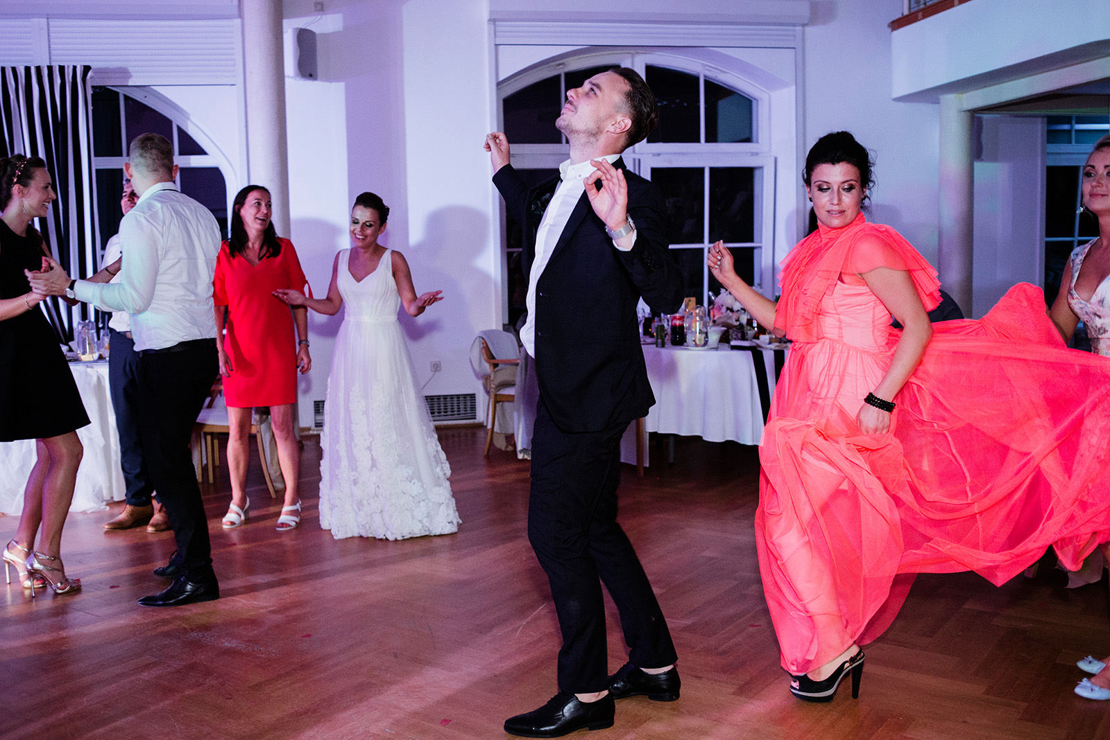 naturalna fotografia slubna - wesele w palacu krzyzowa - taniec gosci