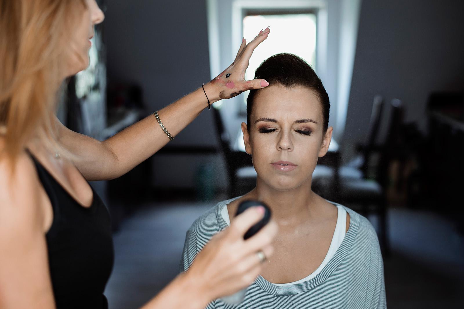 naturalna fotografia slubna - makijaz panny mlodej - przygotowania