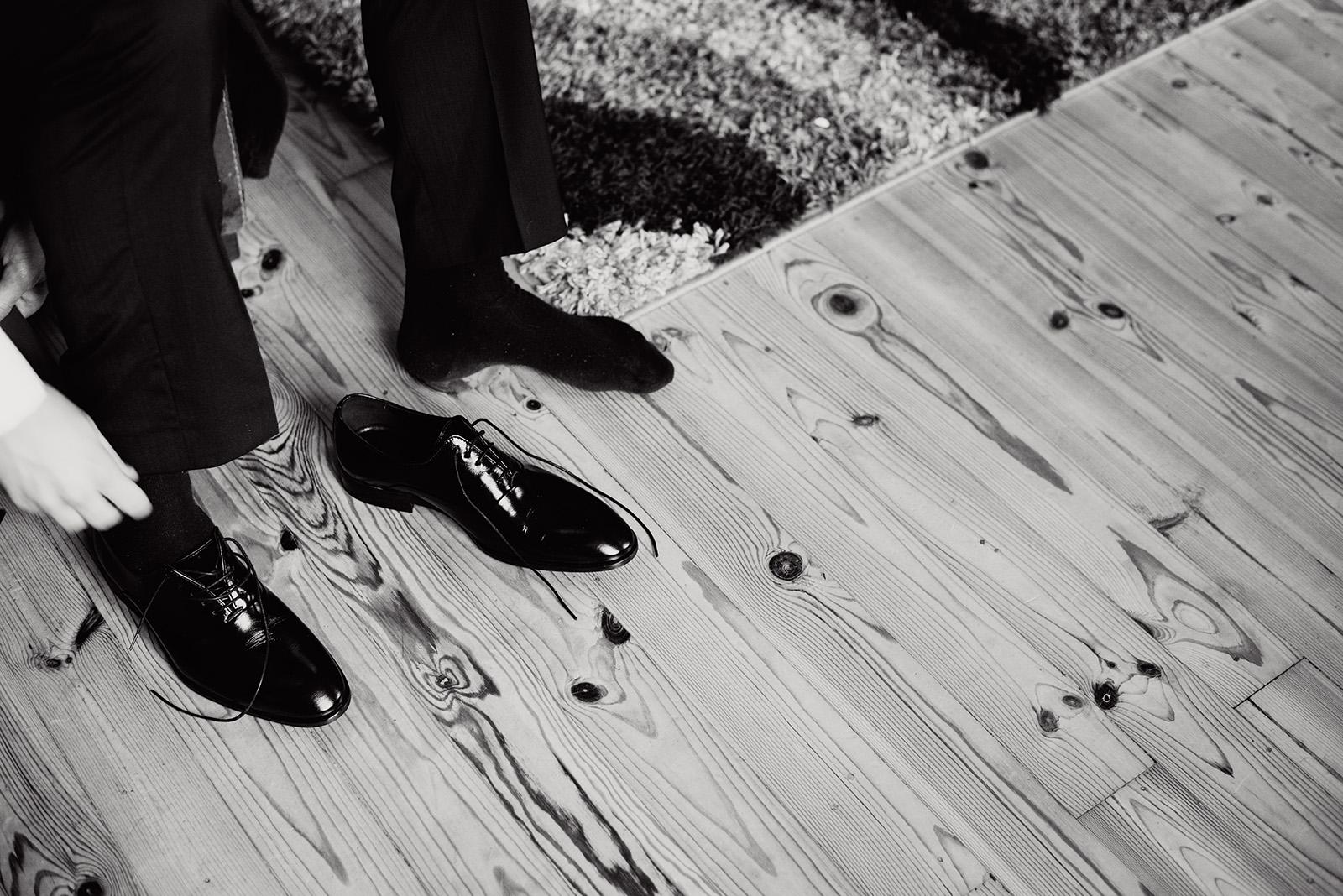 naturalny fotografia slubna - przygotowania pana mlodego - buty