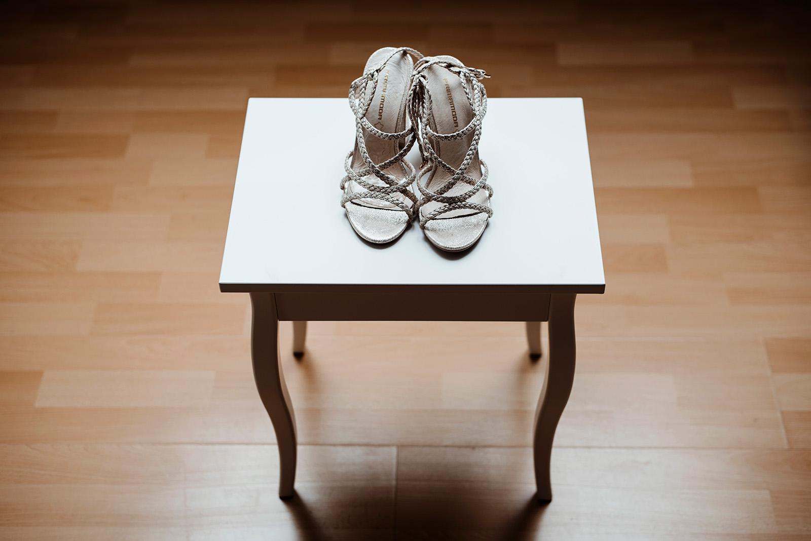 naturalna fotografia slubna - buty panny mlodej
