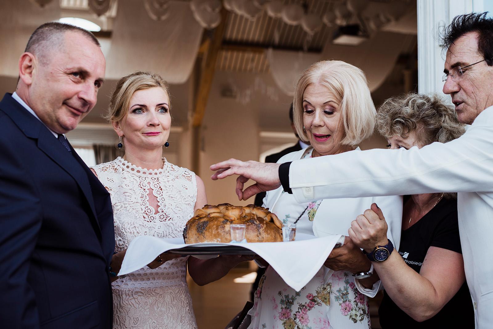 wesele w krzyzowej - powitanie chlebem i sola