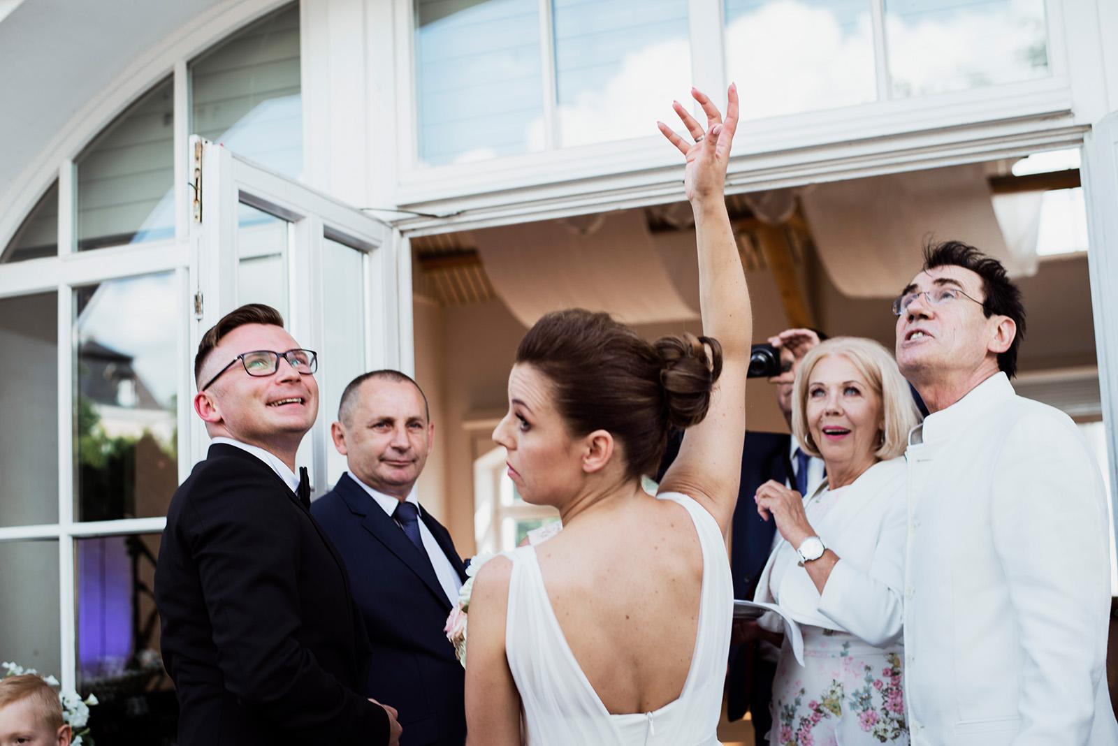 wesele w palacu w krzyzowej - powitanie chlebem i sola - naturalna fotografia