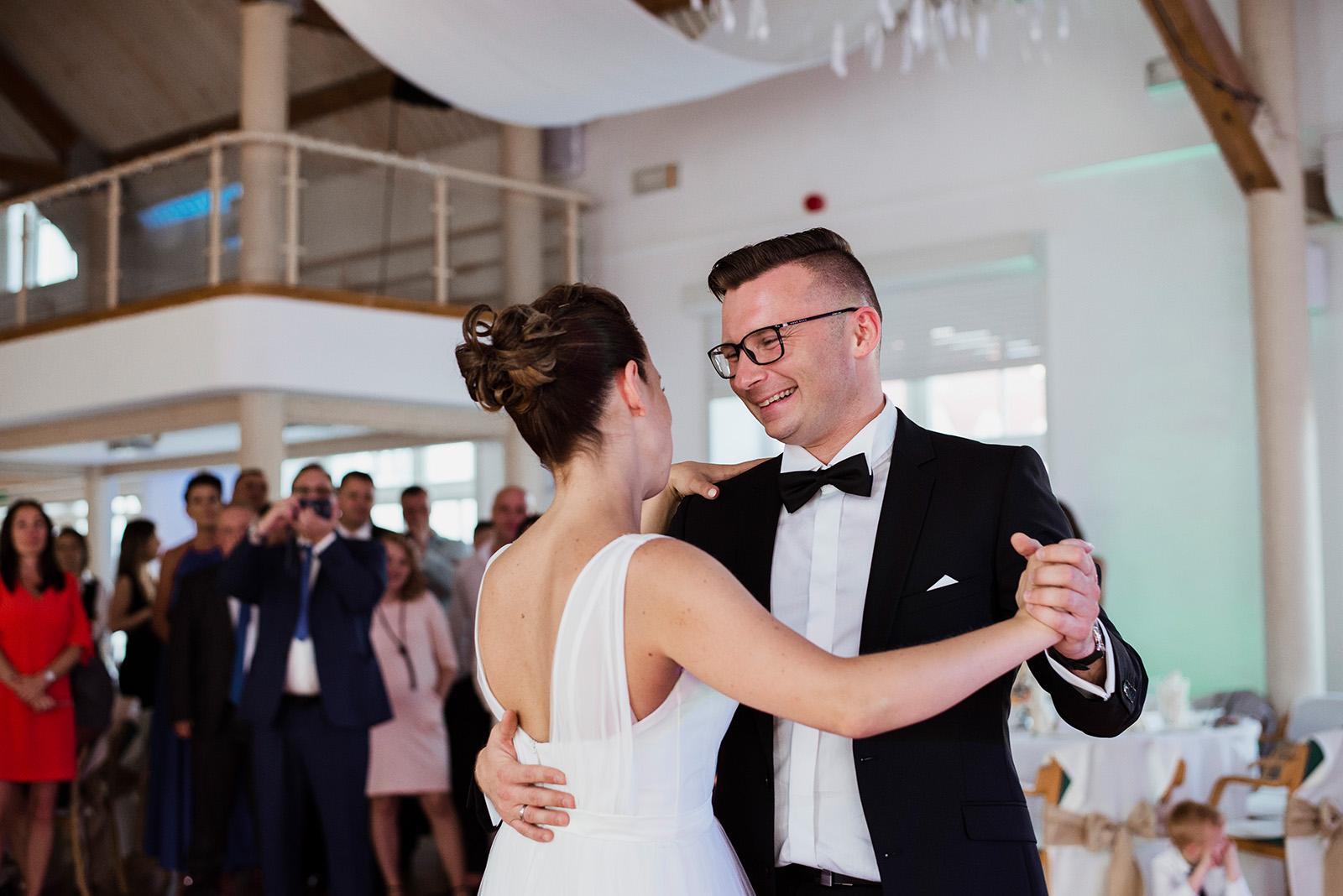 naturalna fotografia slubna - wesele w palacu krzyzowa - pierwszy taniec