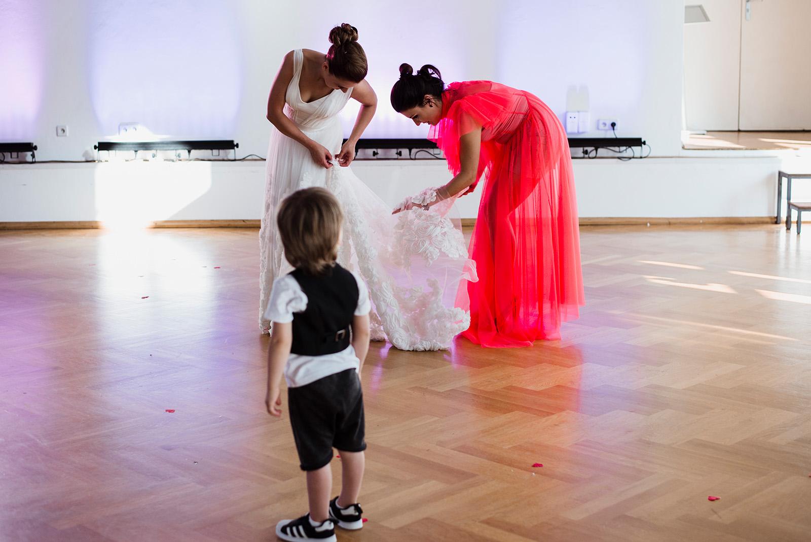 naturalna fotografia slubna - wesele w palacu krzyzowa - suknia slubna