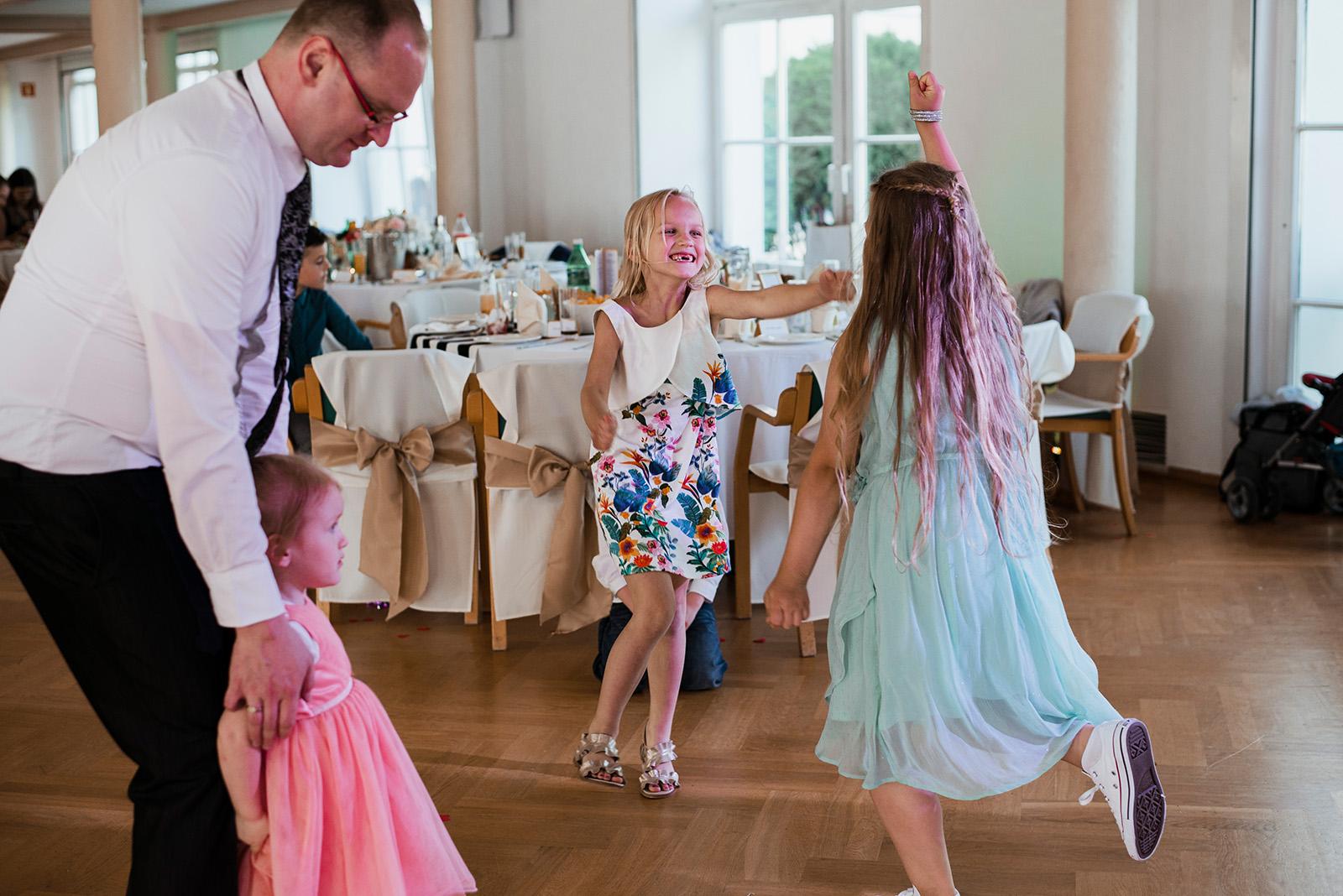 naturalny fotoreportaz slubny - taniec dzieci