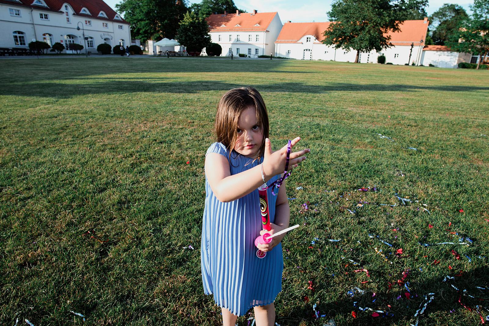 wesele w palacu w krzyzowej - naturalna fotografia dziecka