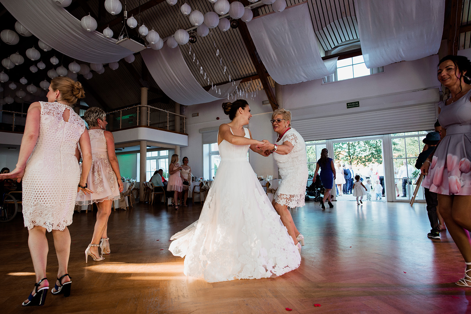 naturalna fotografia slubna - wesele w krzyzowej - panna mloda i jej suknia