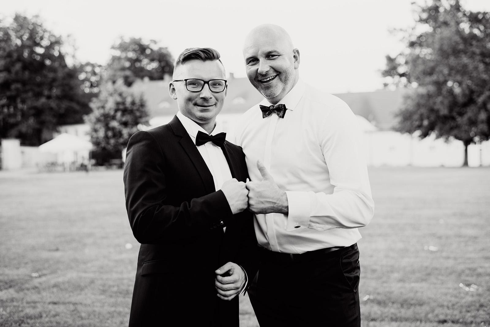 naturalny fotoreportaz slubny - wesele w palacu krzyzowa - zdjecie z kolega