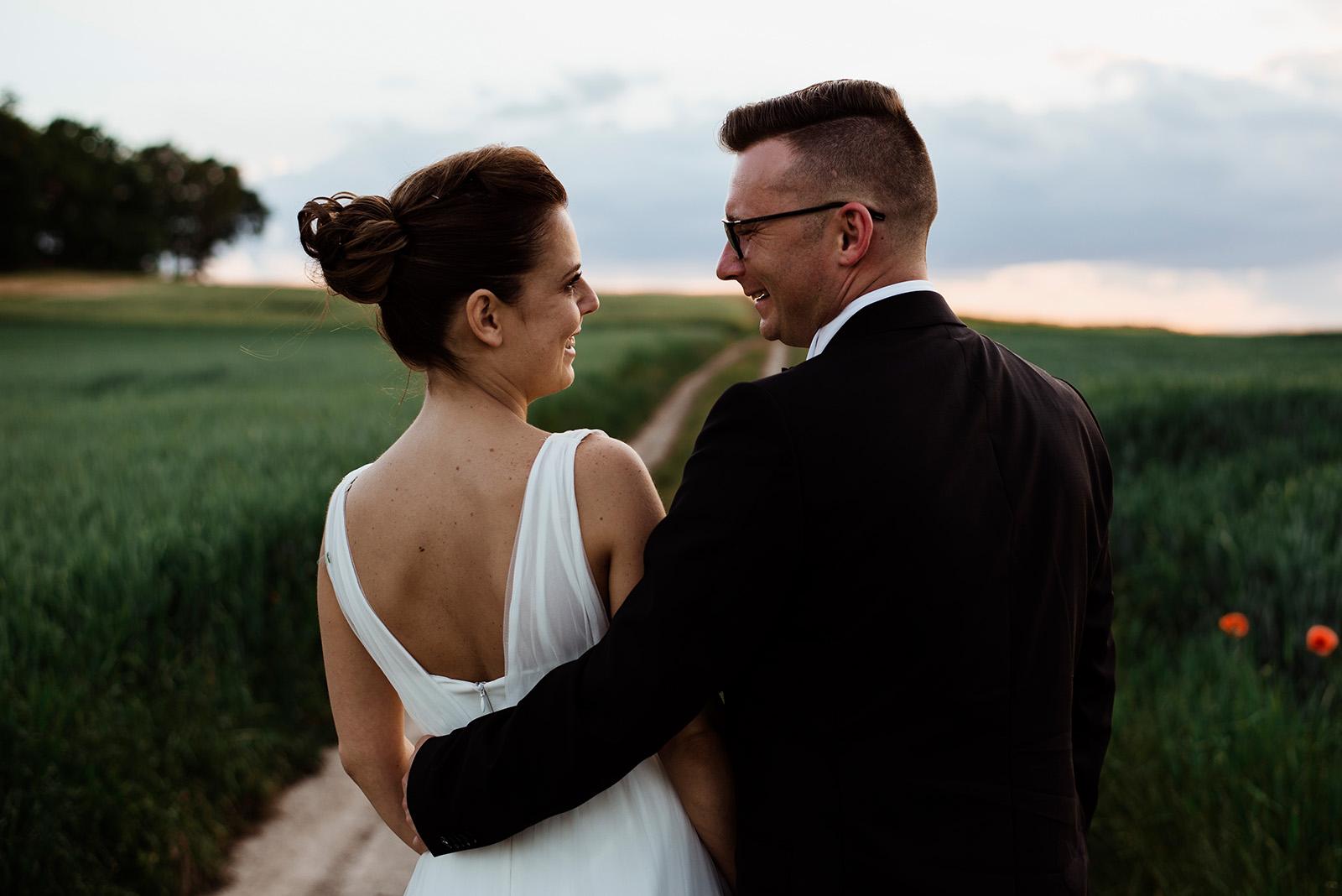 naturalna sesja zdjeciowa na slubie - wesele w krzyzowej