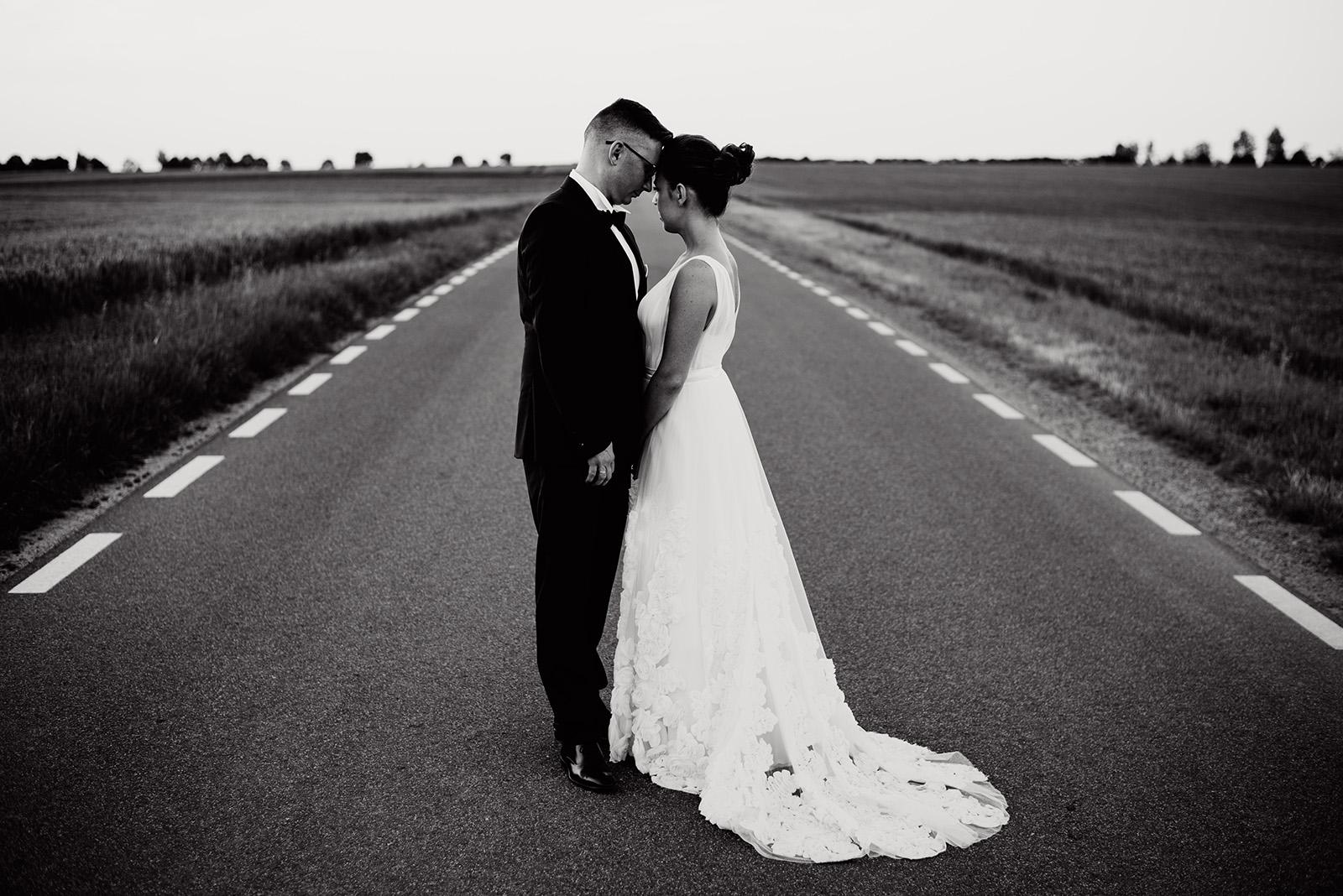 naturalna sesja zdjeciowa na slubie - wesele w palacu krzyzowa - dluga suknia slubna anne-marie