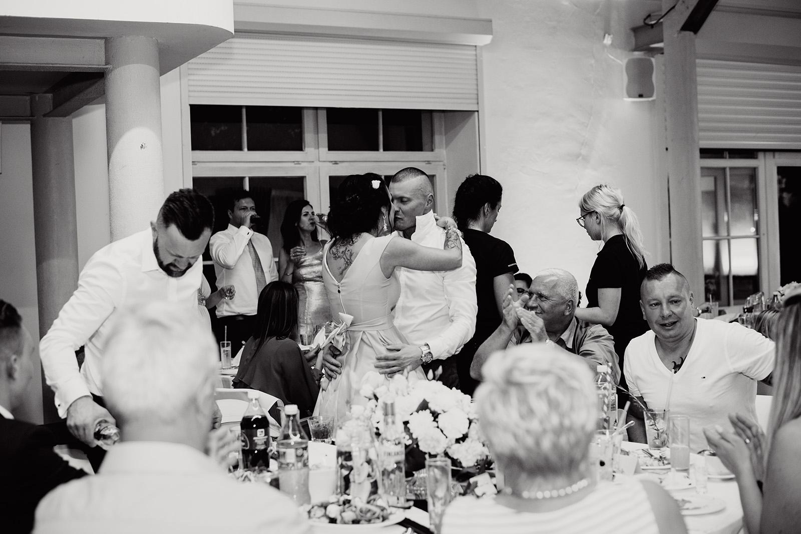 naturalna fotografia slubna - wesele w krzyzowej - zabawa gosci