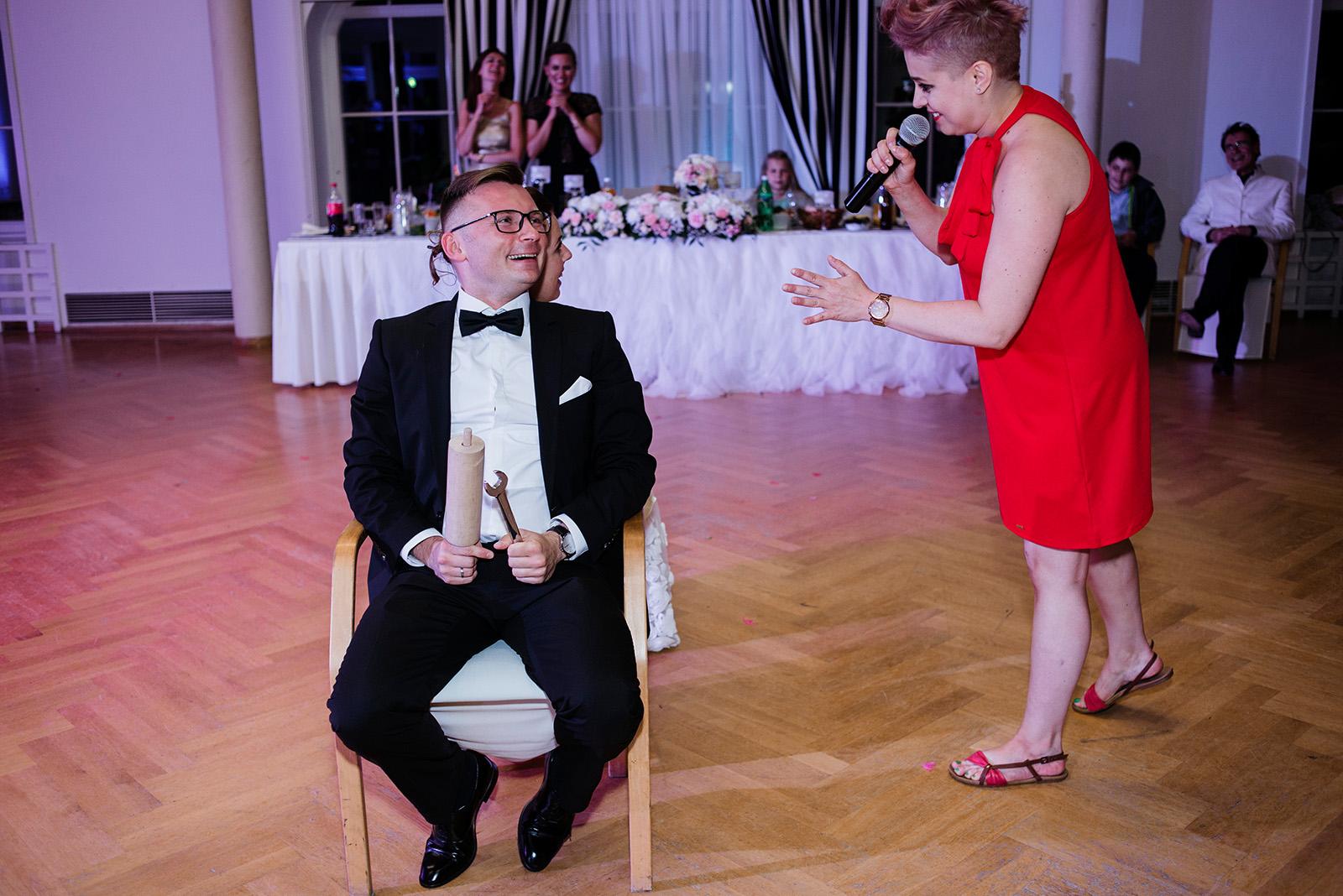 naturalna fotografia slubna - wesele w palacu krzyzowa - oczepiny