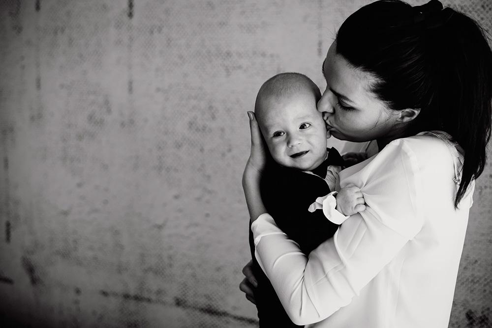 zdjecie dziecka z mama - fotoreportaz ze chrztu