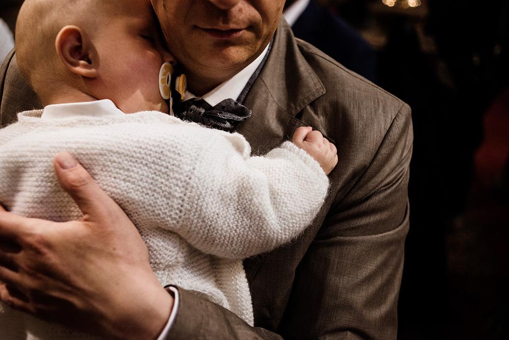 tata z synkiem na chrzcie - naturalna fotografia