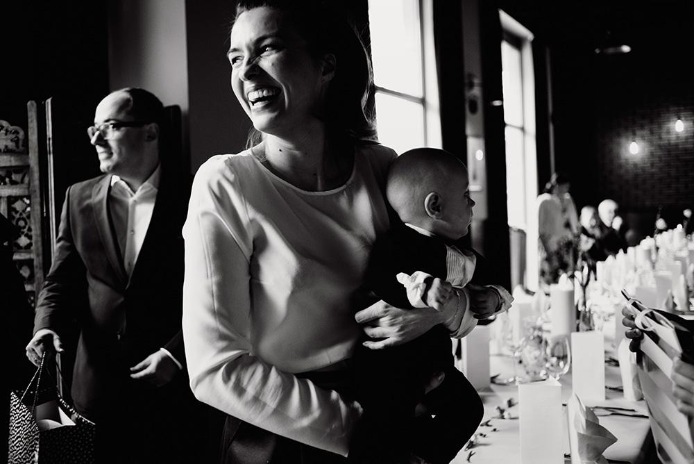 mama z synkiem - fotoreportaż ze chrzcin