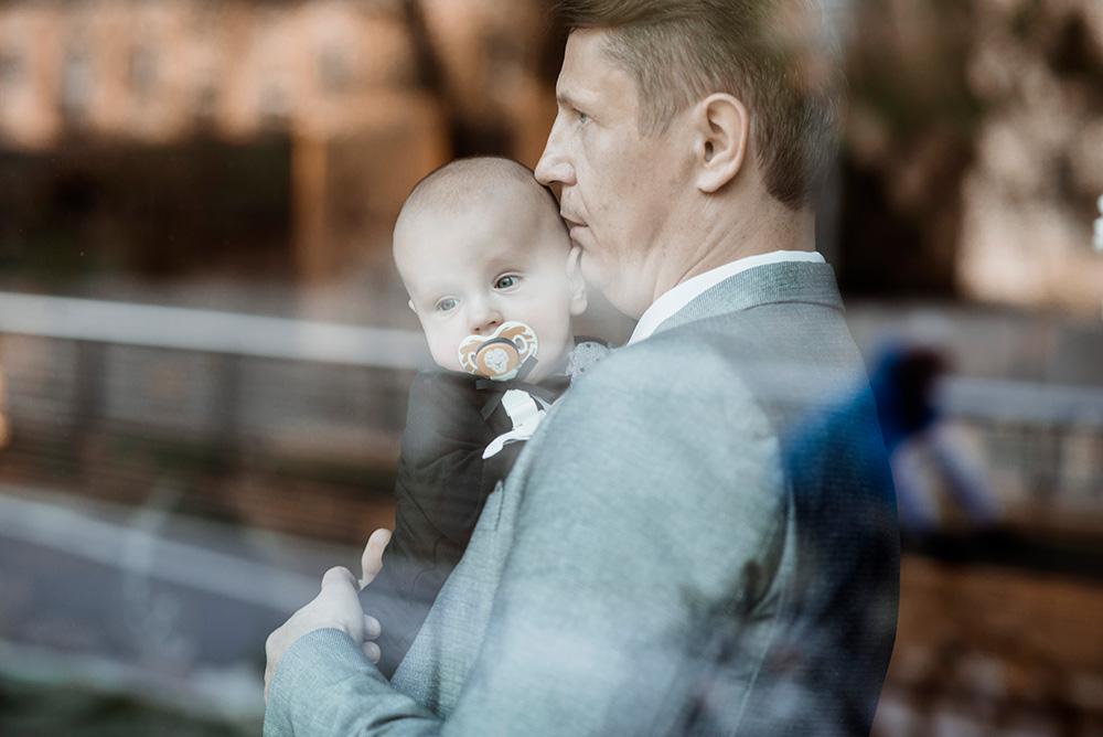 zdjecie portretowe taty z synem - naturalna fotografia