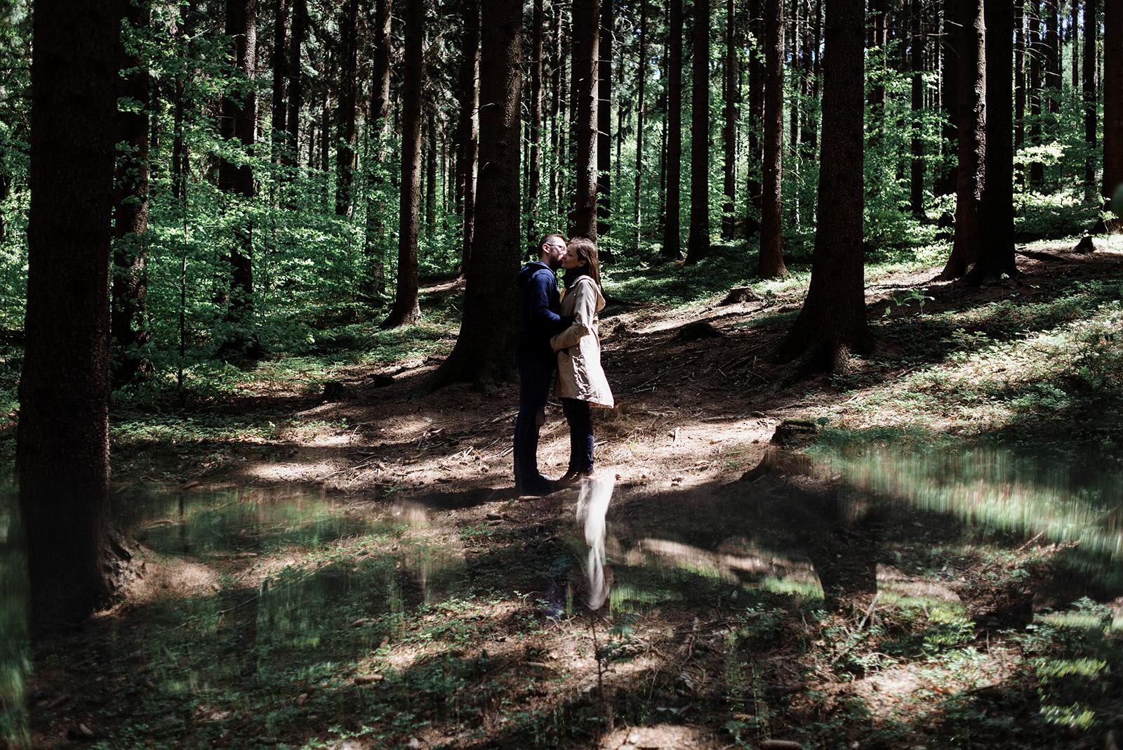 piekne sesja narzeczenska w lesie