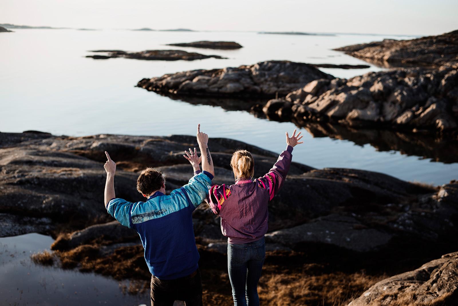 naturalne zdjecie-sesja narzeczenska w szwecji na skałach