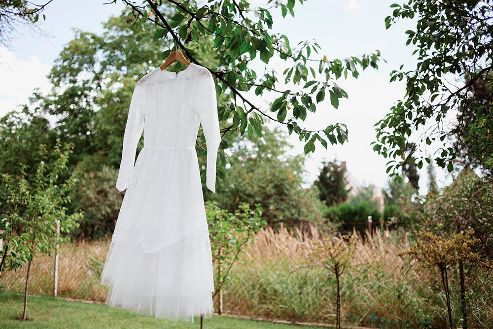 suknia slubna z lumpeksu - naturalna fotografia slubna
