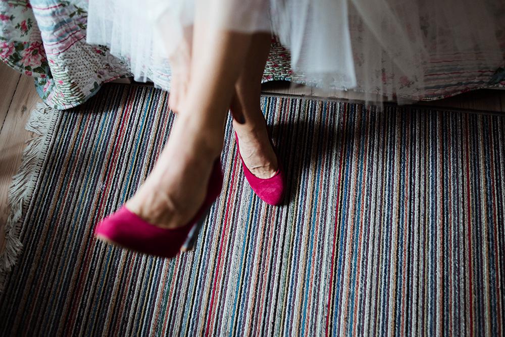 fotoreportaz slubny we wroclawiu - buty slubne w kolorze rozowym
