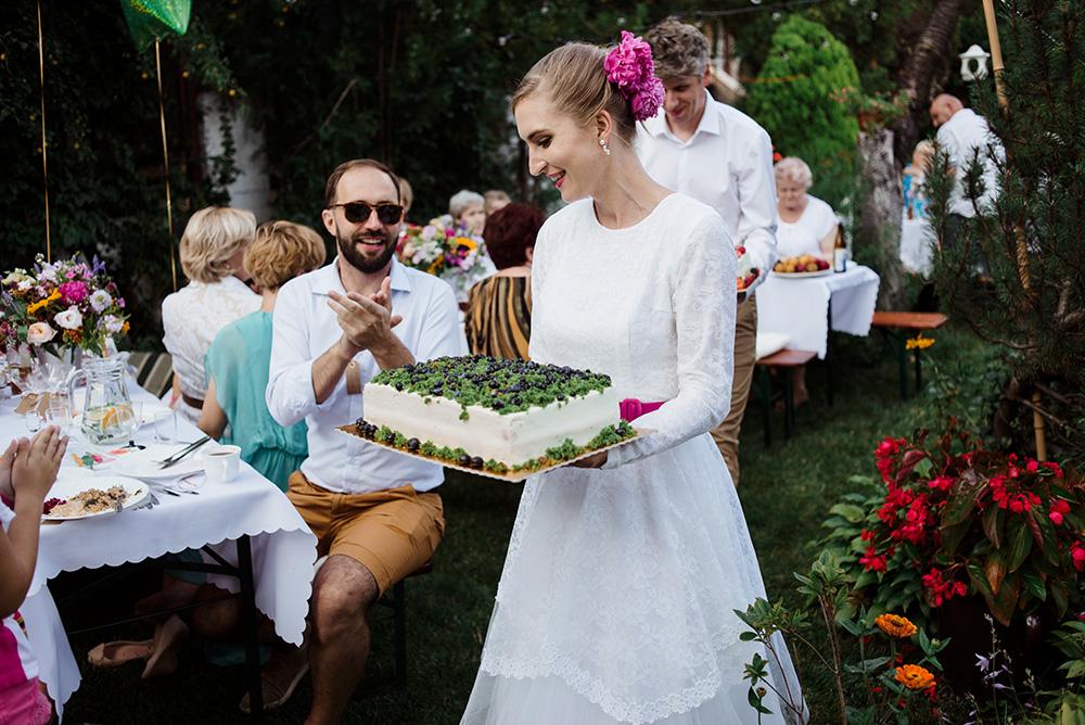 naturalna fotografia slubna - wesele w ogrodzie - tort mam wypieki