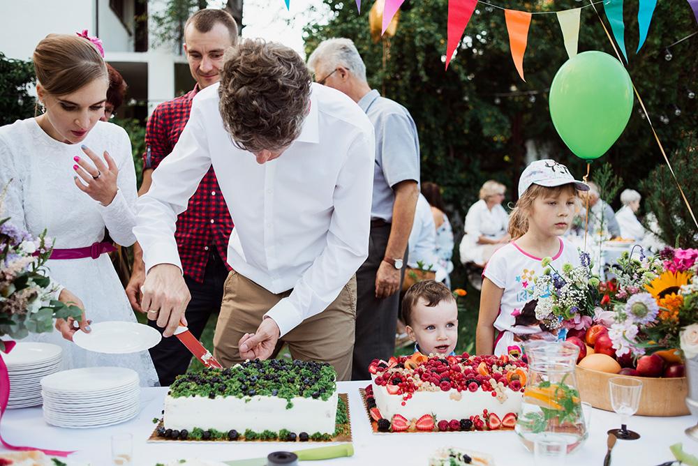 naturalna fotografia slubna - wesele w ogrodzie - torty od mam wypieki