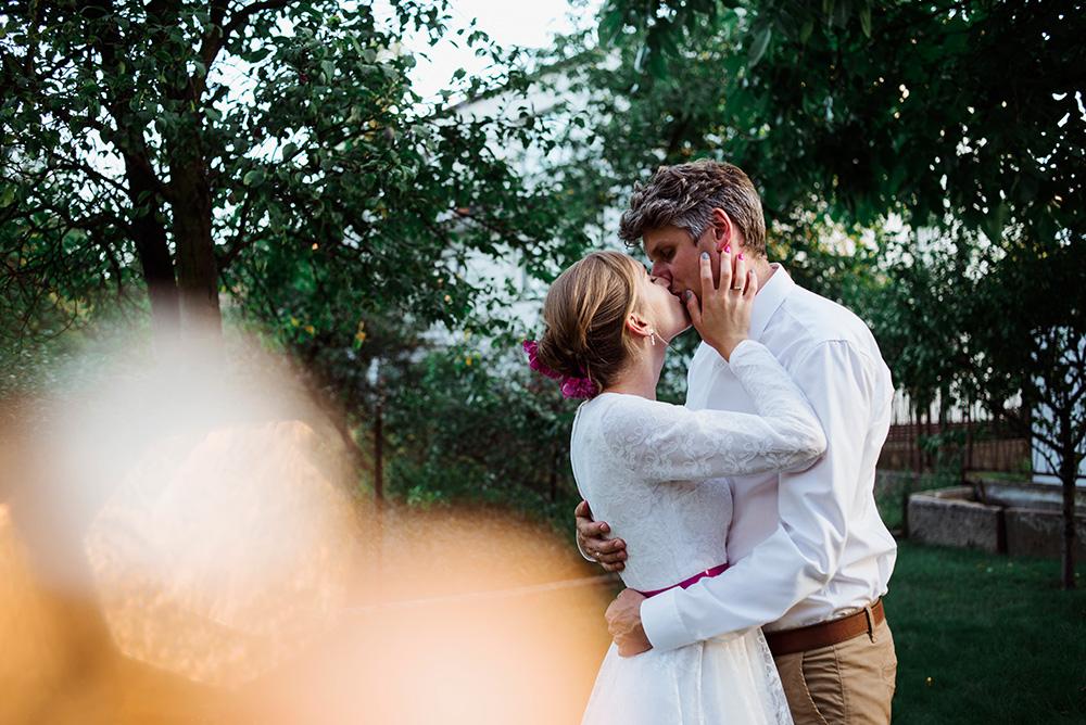 zdjecia portretowe pary mlodej - wesele w ogrodzie