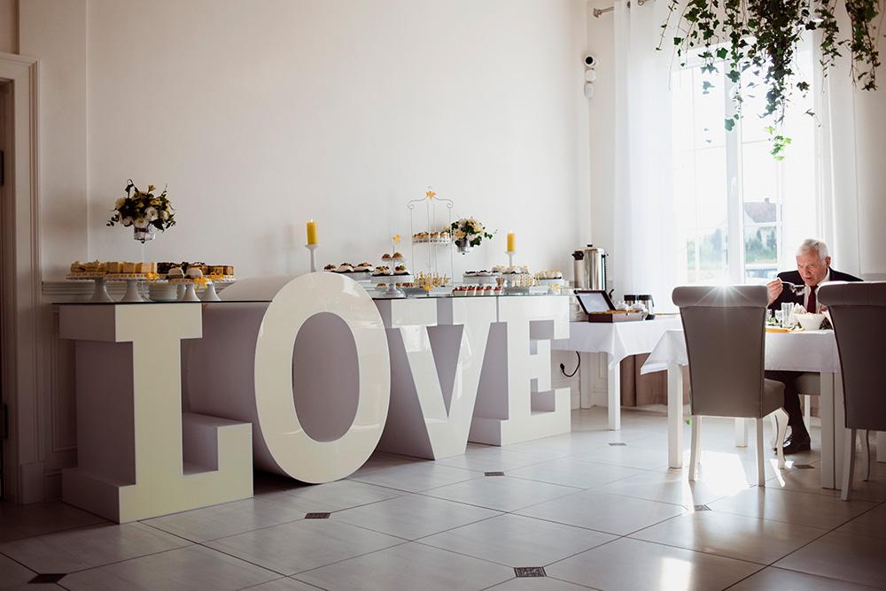 wesele w dworku pilawskim - zolte dodatki na slubie