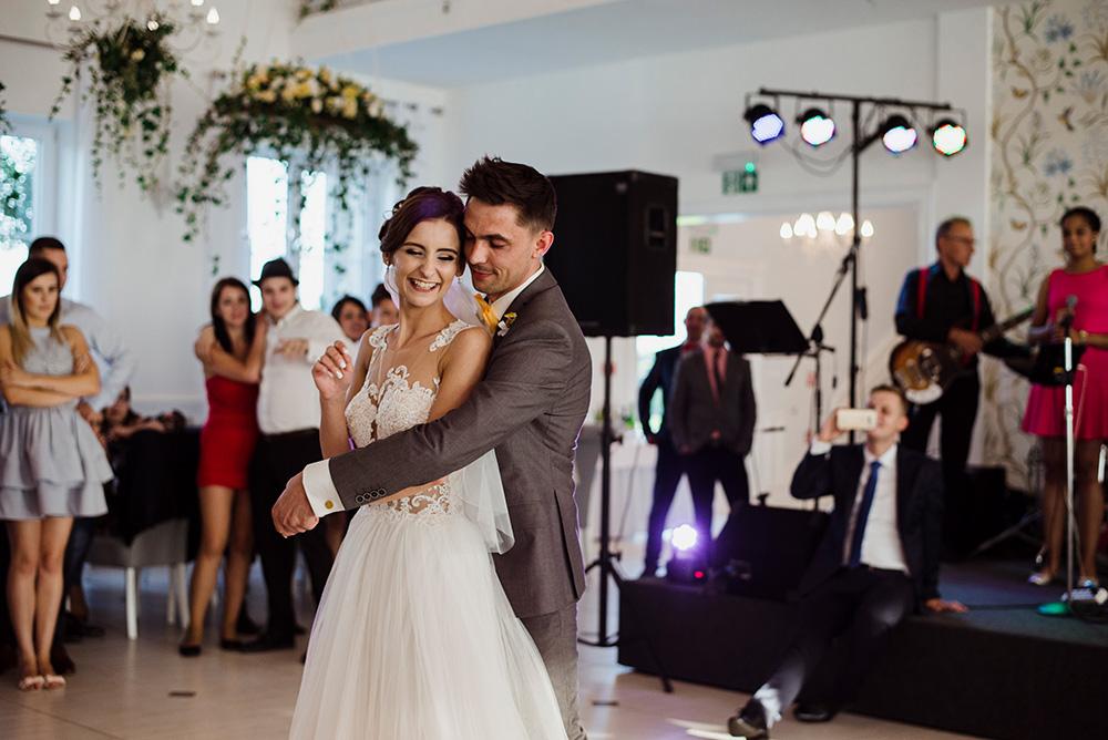 wesele w dworku pilawskim - zolte dodatki na slubie - pierwszy taniec pary mlodej