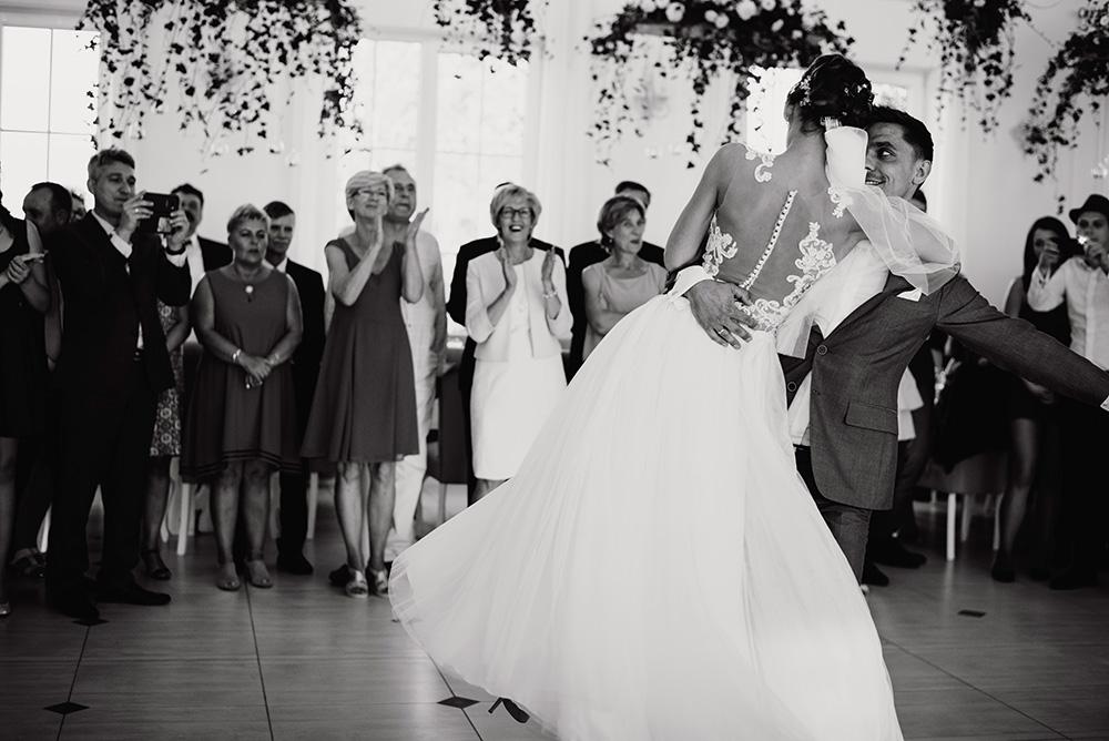 wesele w dworku pilawskim - rumba jako pierwszy taniec pary mlodej
