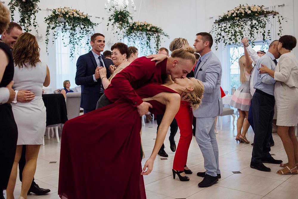 wesele w dworku pilawskim - slub z zoltymi dodatkami