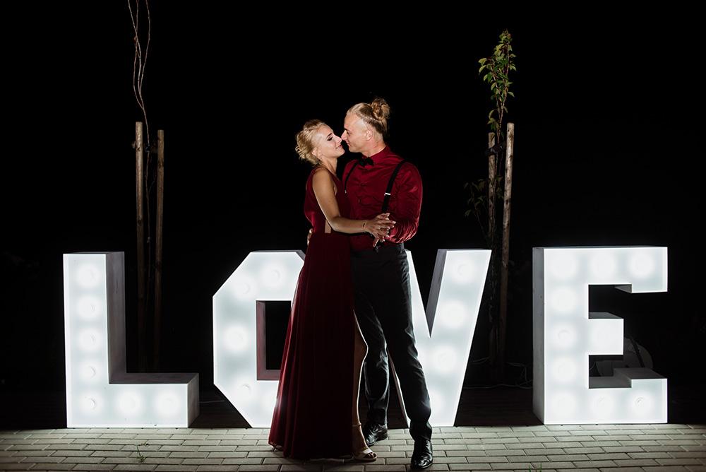 wesele w dworku pilawskim - napis love na weselu