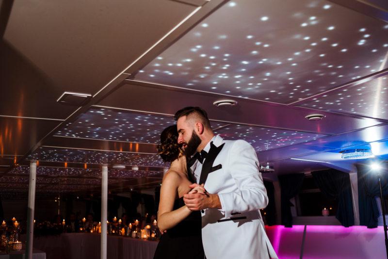 naturalne zdjecia slubne - wesele na statku wratislavia we wroclawiu -pierwszy taniec