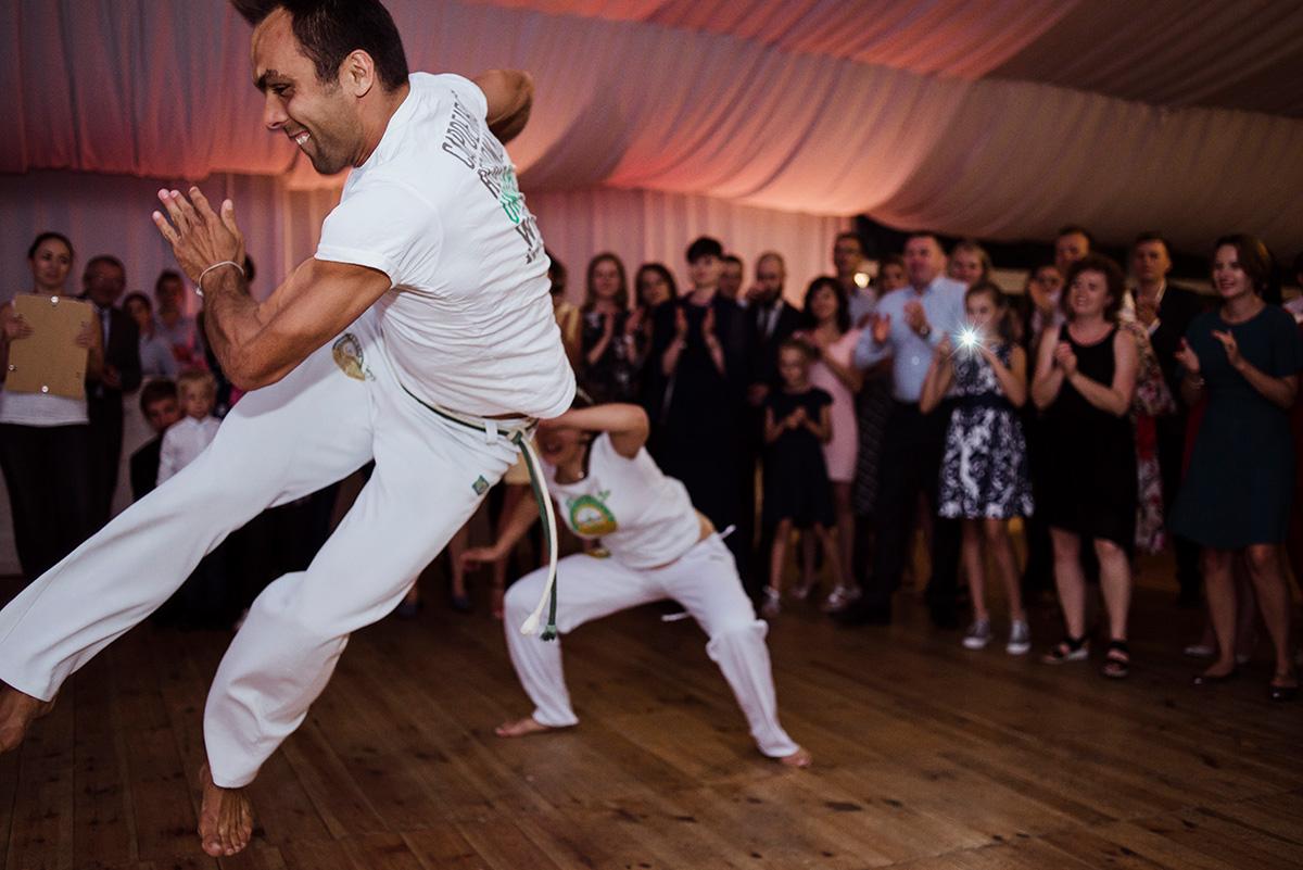 wesele w hotelu wodnik we wroclawiu - wystep capoiery na slubie