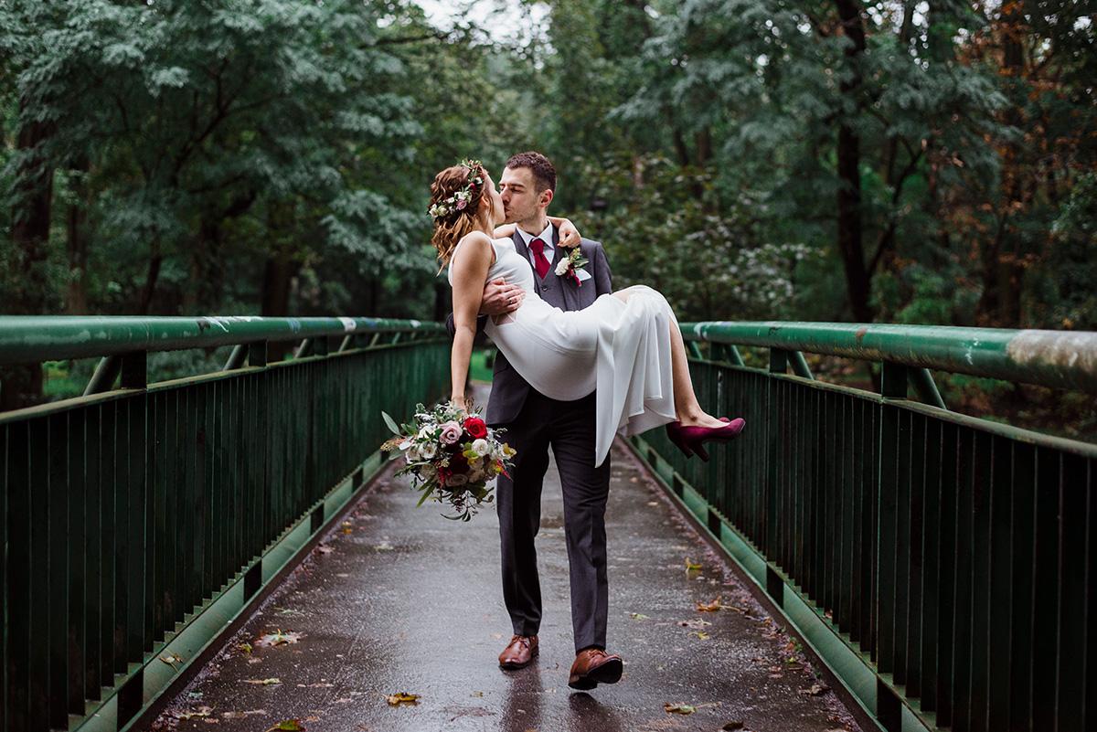 nowoczesne wesele - slub z bordowymi dodatkami - romantyczna sesja slubna
