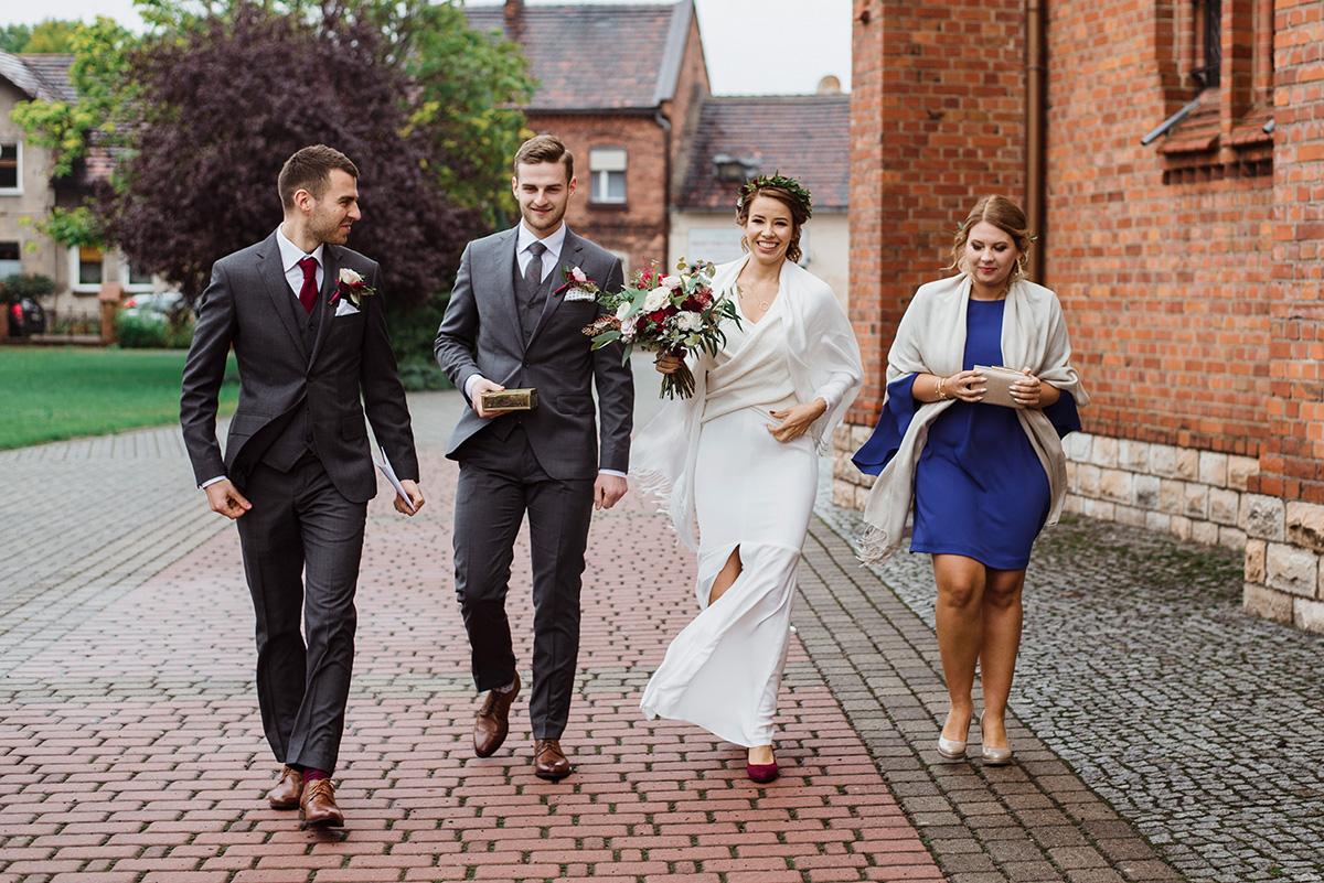 wesele z dodatkami w kolorze bordowym
