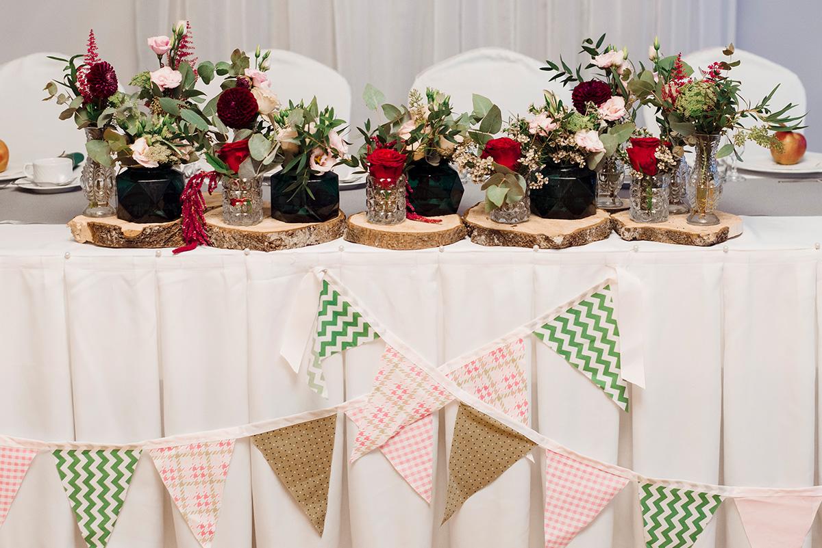weselny stol - dodatki w kolorze bordowym