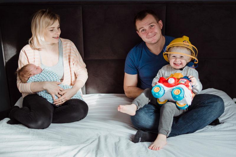 naturalna fotografia rodzinna w domu - wroclaw