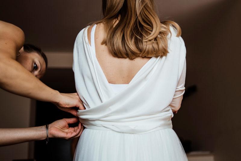 naturalna fotografia slubna - przygotowania panny mlodej - suknia sylwii kopczynskiej