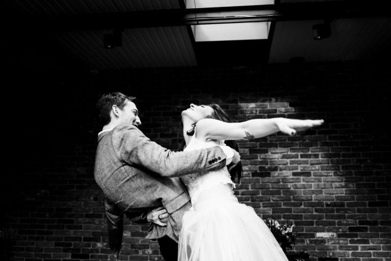 naturalna fotografia slubna - wesele w restauracji warsztat we wroclawiu